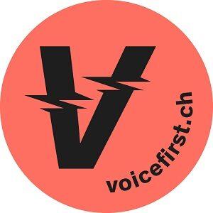 Voicefirst.ch Logo Schwarzer V auf Korall-Hintergrund